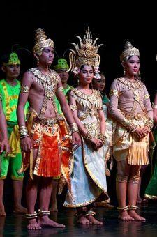 Grupa taneczna Cambodian Living Arts wykonuje tradycyjny taniec khmerski w Muzeum Narodowym w Phnom Penh. Autor: Jakub Hałun, CC BY-SA 4.0