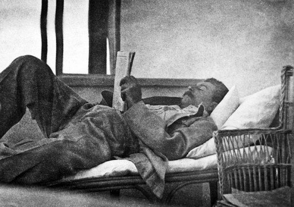 Wczesnym rankiem dyktator kładł się spać, a jego goście musieli stawić się w pracy