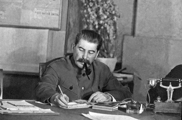 """Stalin jednak nie cieszył się z tego sukcesu, bo oznaczał on mniejsze wpływy do budżetu. """"Skąd możemy zdobyć pieniądze?"""" – pisał do Wiaczesława Mołotowa we wrześniu 1930 roku."""