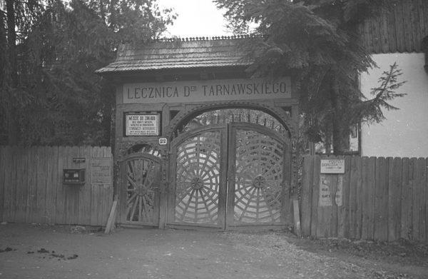 Brama do lecznicy w Kosowie w 1936 roku