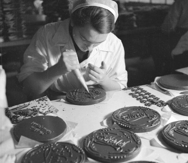 """Do początku lat 80. wytwórnia słodyczy pracowała pełną parą, a jej produkty stały się jedną z atrakcyjniejszych """"walut"""" w PRL-owskich realiach wymiany barterowej."""