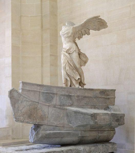 Pełen ekspresji posąg wygląda, jakby za chwilę miał się wznieść i odlecieć