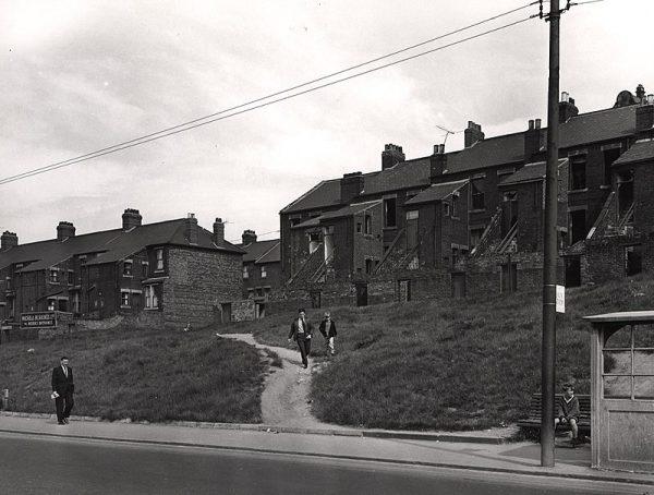 W maju 1968 na terenie Scotswood, biednej dzielnicy Newcastle upon Tyne, Nora i Mary zaczęły prześladować młodsze i słabsze od siebie dzieci.