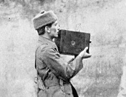 Brytyjski reporter wojenny Geoffrey Malins, filmujący aeroskopem w Belgii w 1914