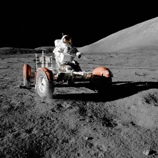 Eugene A. Cernan w pojeździe księżycowym (misja Apollo 17)